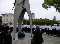 像の前で合掌する修学旅行生たち