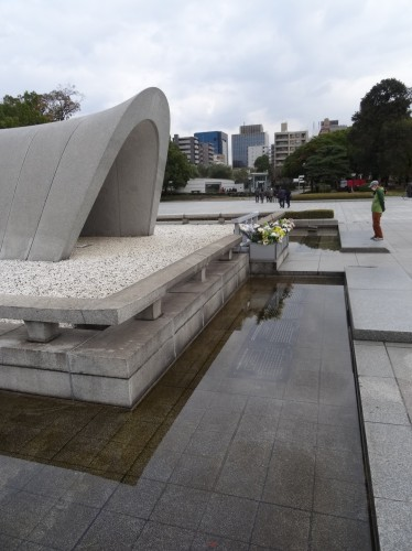 原爆死没者慰霊碑の前の水面下に説明板が設置されています。